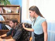 Brünette wird im Büro gefickt